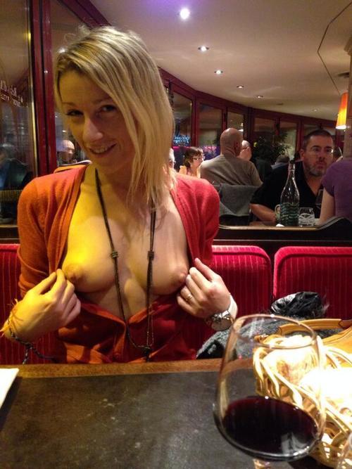 Obnaża biust w restauracji