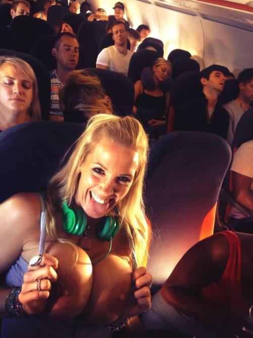 Pokazuje cycki w samolocie