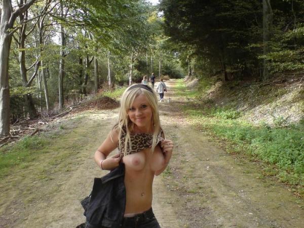 Blondi pokazuje cycki na szlaku