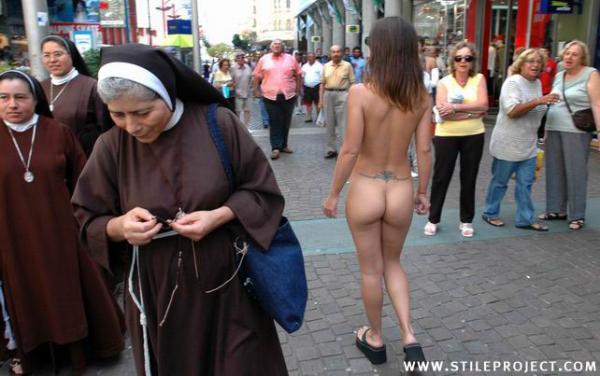 Nagi spacer przy zakonnicach