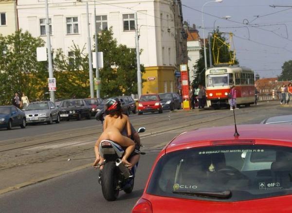 Goła na motorze