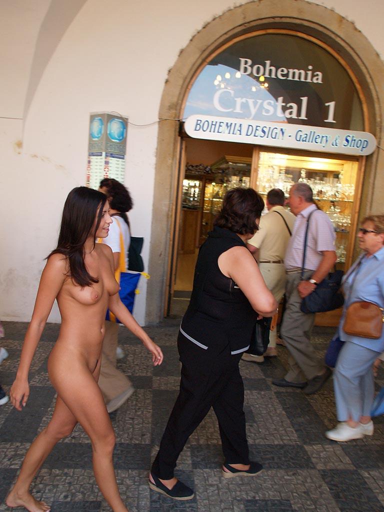 Przechadza się nago po ulicy