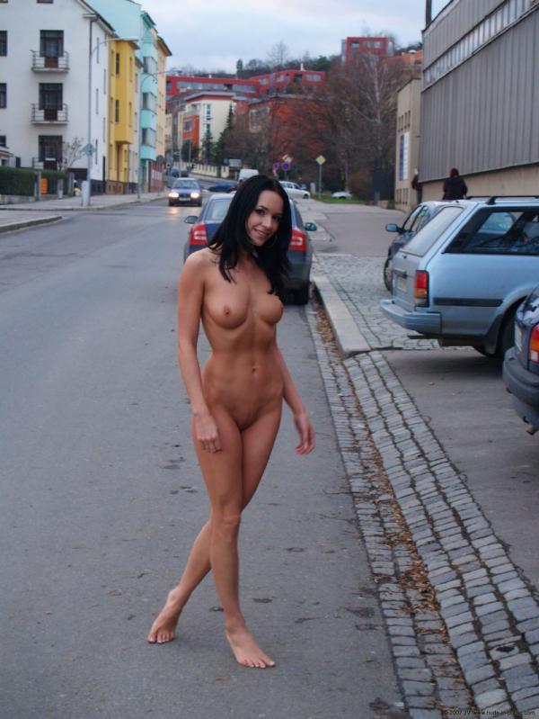 Naturystka na ulicy