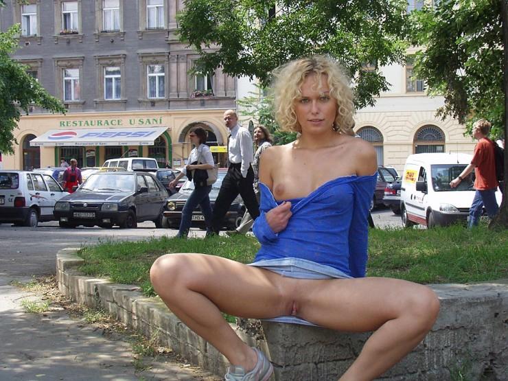 Niebieska sukienka pokazuje cipkę