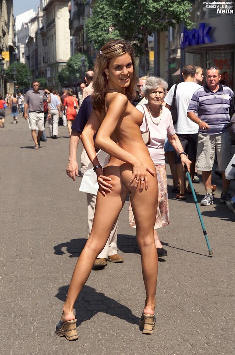 Pokazuje dupcie na ulicy