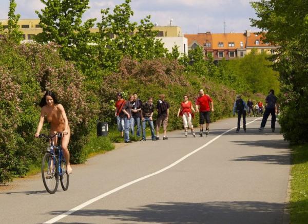 Naturystka na rowerze
