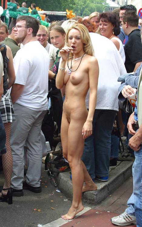 Goła na paradzie