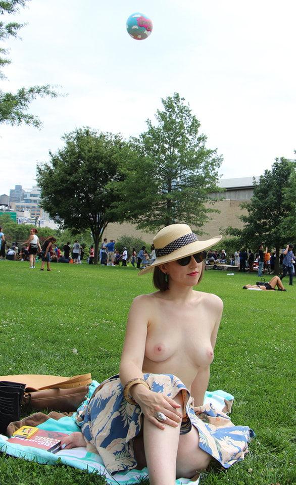 Dojrzała pani w parku