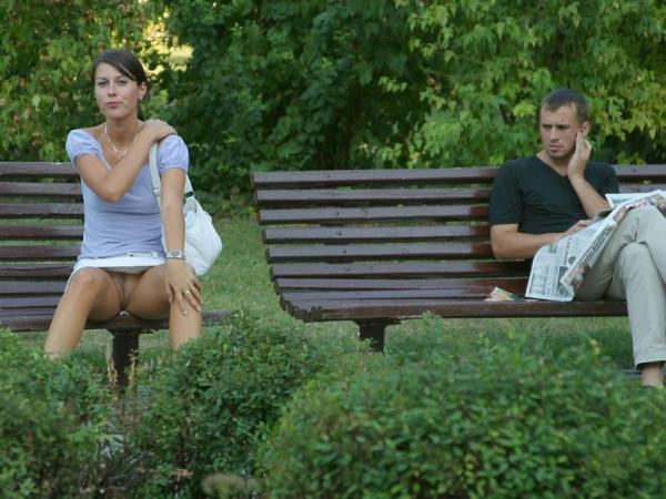 Naga cipka w parku na ławce