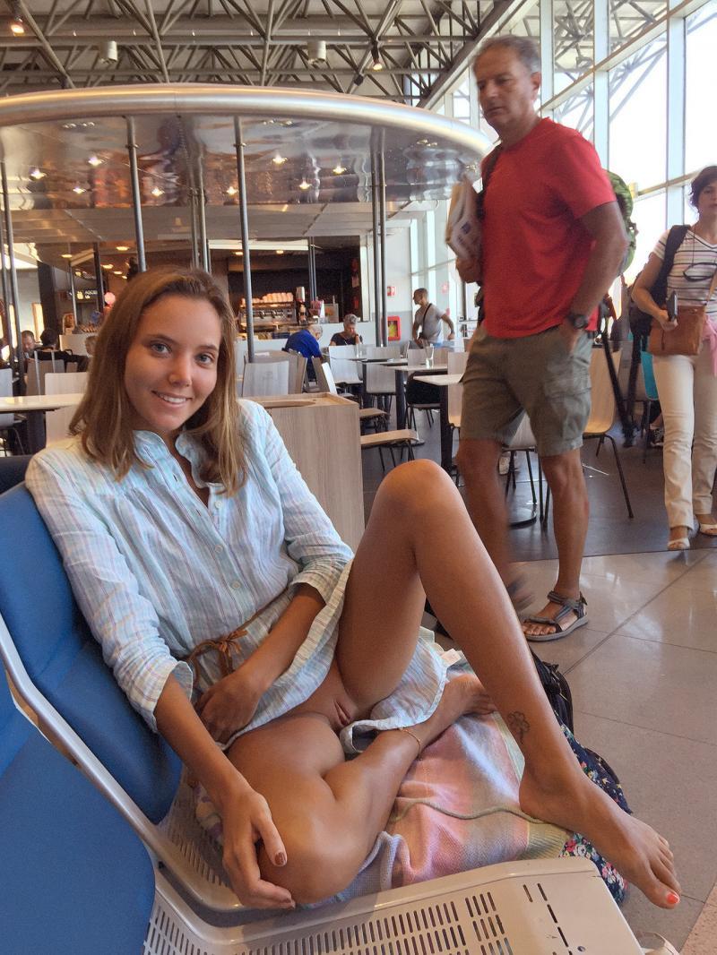 Dziewczyna obnaża cipkę na lotnisku