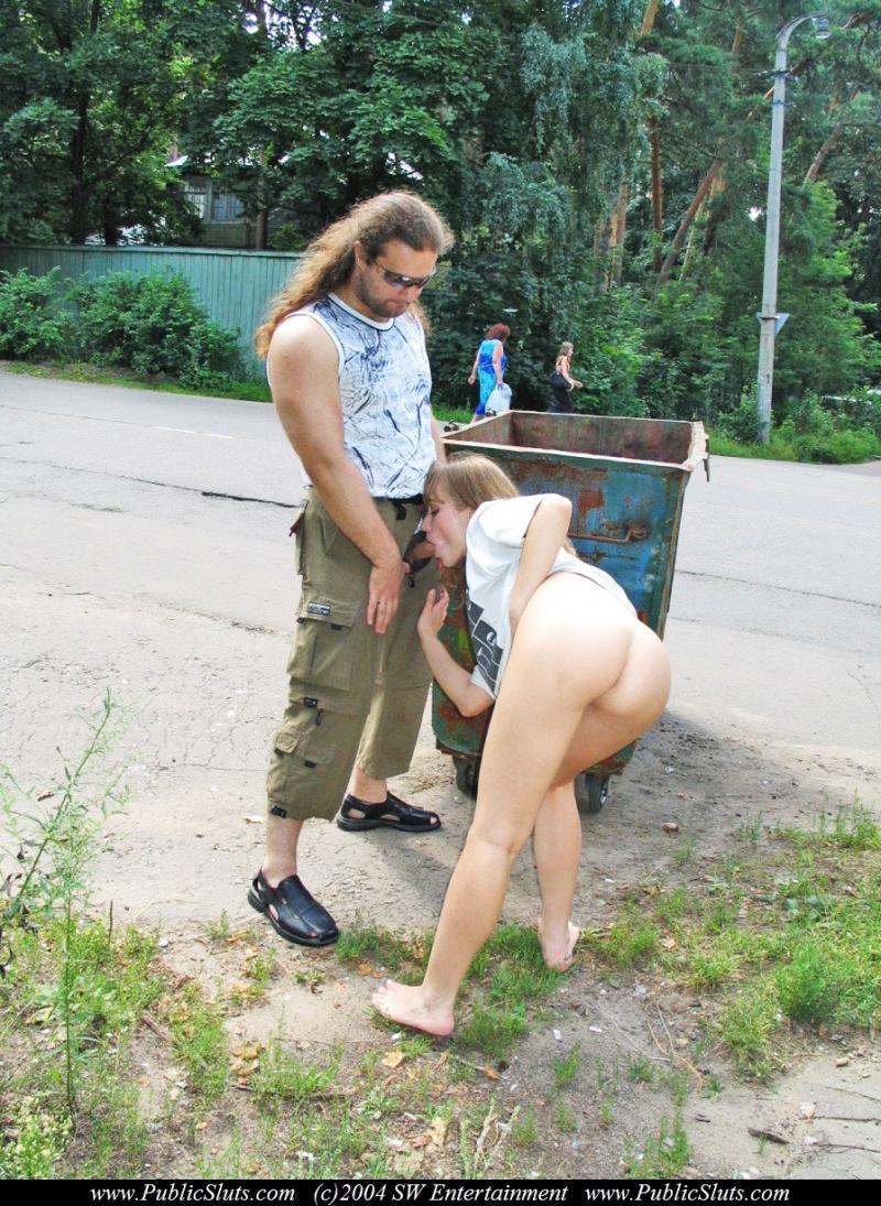 Robi laskę na ulicy